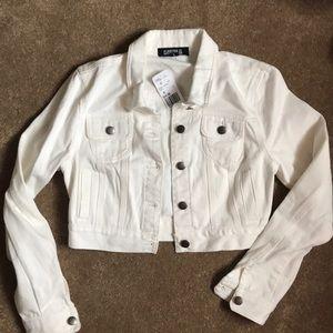 Short white jean jacket 😍